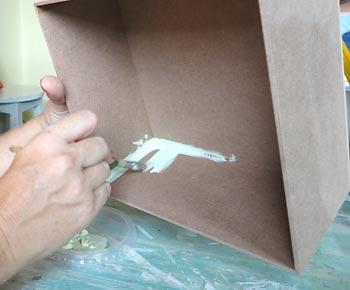 Pinte o lado de dentro da caixa com a cor clara