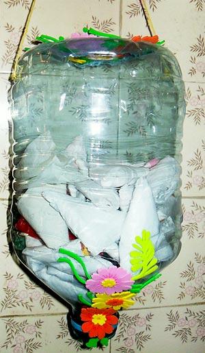 Galão de pet transformado num puxa-saco decorado