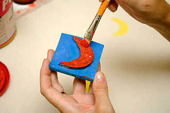 Aplique tinta na figura do carimbo de EVA