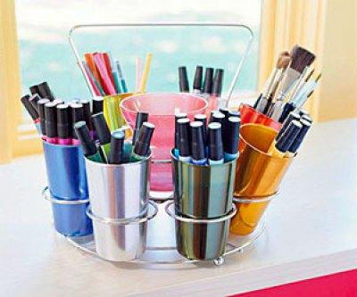 O apoio para copos se transforma em suporte de canetas para o atelier