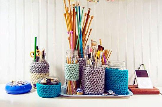 Vidros reciclados ganham roupinha em crochê e tricô e organizam e decoram o atelier