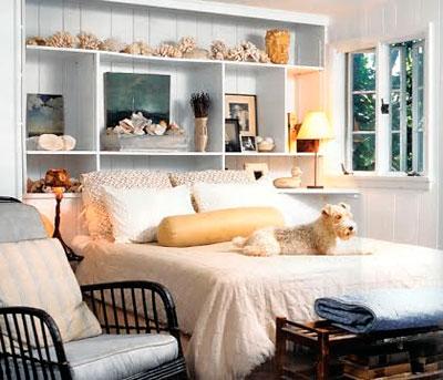 Armário serve de cabeceira em quarto com pouco espaço