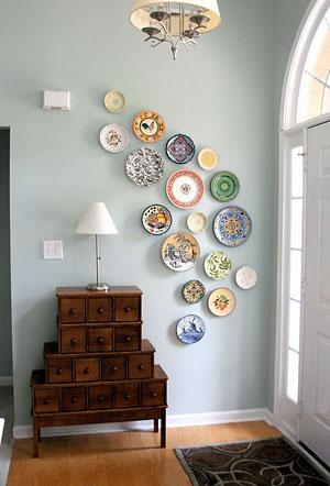 Pratos na parede com disposição arredondada
