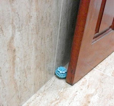 Bate-porta decorado com crochê e que recicla um puxador com defeito