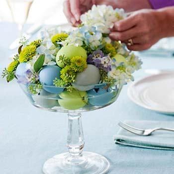 Fruteira de cristal e ovos no arranjo de mesa