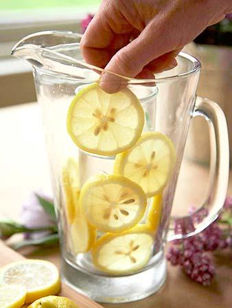 Coloque as rodelas de laranja entre a lateral do vaso e o copo