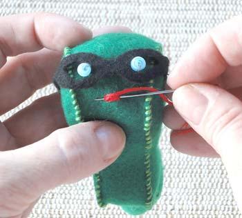 Com fios de bordado, faça a boca do bichinho