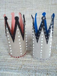 As coroas para usar em festas infantis estão prontas, uma reciclagem interessante