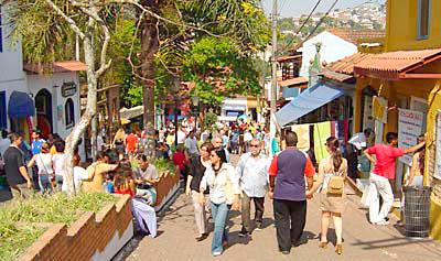 Rua de Embú das Artes num domingo agitado
