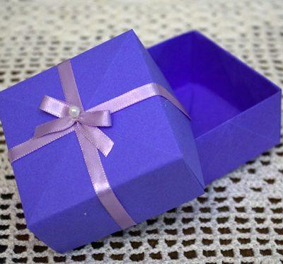Caixa de presente feita com dobraduras de papel, o origami