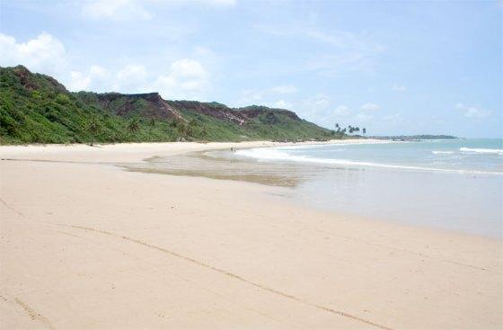 Na praia de Coqueirinho olhando para as encostas onde se encontra o mirante Dedo de Deus