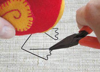 Termine fazendo os pés com um alicate de bico