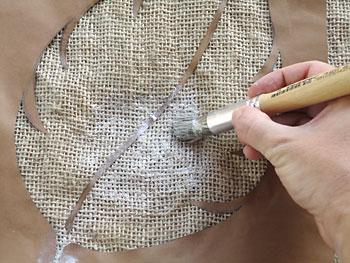 Aplique a tinta sobre a juta com batidas e movimentos  circulares