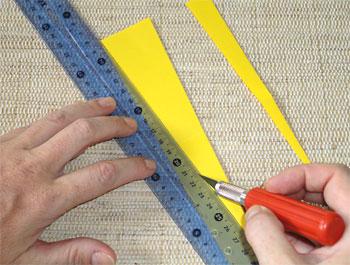 Sobre uma base adequada, corte as linhas traçadas