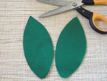 Para as folhas corte dois moldes no feltro verde