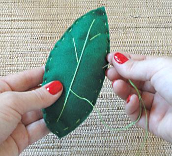 Feche a folha e borde as nervuras na parte da frente da folha