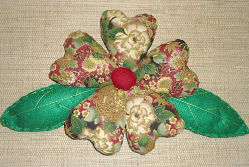 Flor de tecido recheada e bem fofinha para usar como decoração