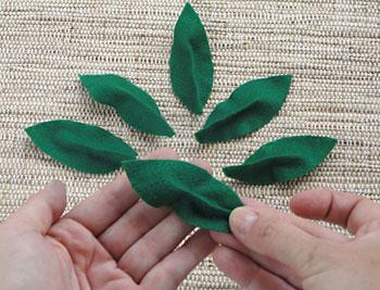 Prepare também algumas folhas verdes em feltro