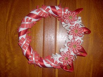 Flores de viés decoram a guirlanda de natal