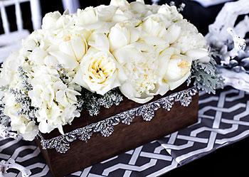 Flores em abundância sobre as mesas são pura elegância e beleza