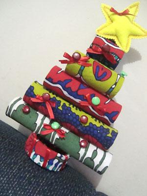 Rolos de papel absorvente viram árvore de natal com reciclagem