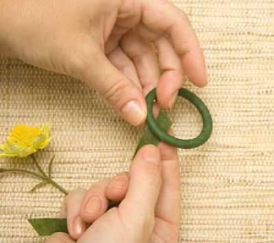 Corte mais uma tira de fita floral