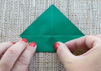 Dobre cada uma das pontas em direção ao centro do quadrado
