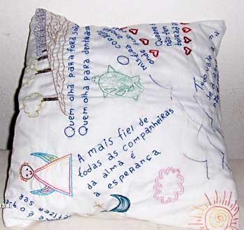 Almofada com bordados de temas infantis