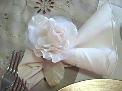 Rosa artificial para o porta-guardanapos de festa