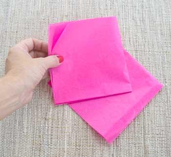 Junte duas folhas de papel de seda