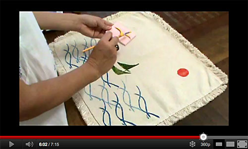 Customizando um tapete de tecido com carimbos