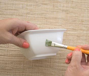 Limpe a peça e aplique a cola de decupagem