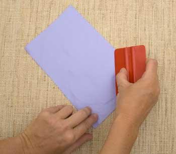 Aplique o adesivo e alise com a espátula
