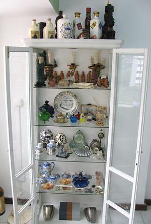 Coleção de porcelana e peças em cristaleira