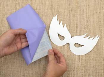 Corte o adesivo e retire a película protetora