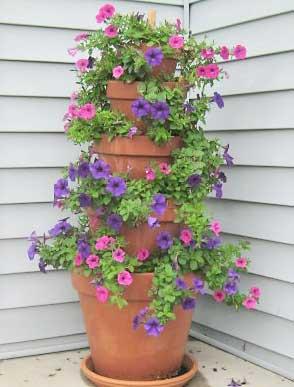 Vasos em torre com petúnia floridas