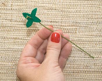 Prepare um arame encapado e um trevinho de feltro verde