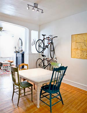 Na copa entre mesas e cadeiras estão as bicicletas também
