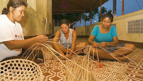 Artesãs de cestaria com fibras naturais em Goiana