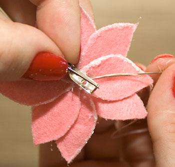 Costure um alfinete de broche atrás da flor