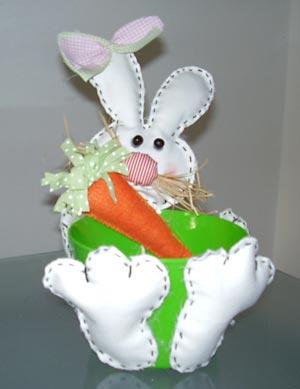 Baldinho decorado com feltro em formato de coelho, para a páscoa
