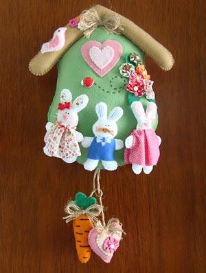 Casinha de coelho com família feliz para enfeitar a porta