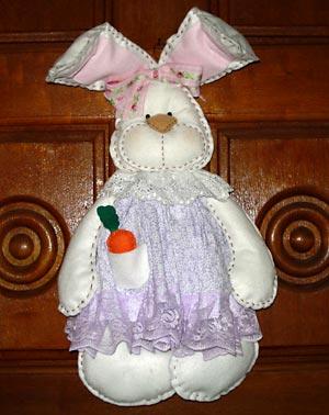 Enfeitando a porta, um coelho de tecido