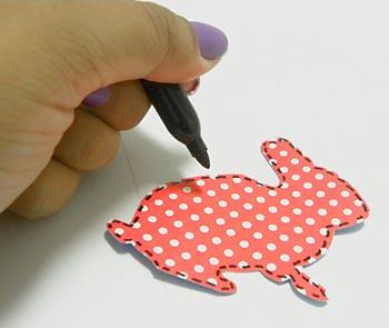 Marque o contorno do coelho com a caneta permanente