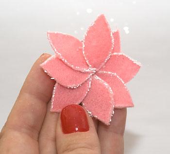 Flor com pétalas costuradas