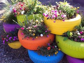 Jardim de pneus velhos para as flores
