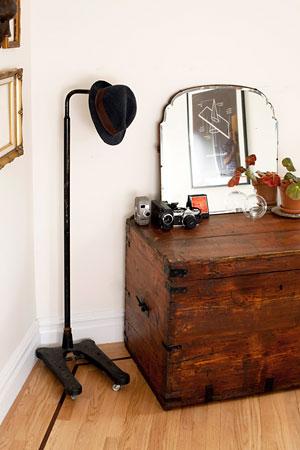 Baú de madeira que vira penteadeira com espelho vintage