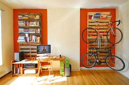 Pallets fixos na parede servem como prateleira e suporte de objetos