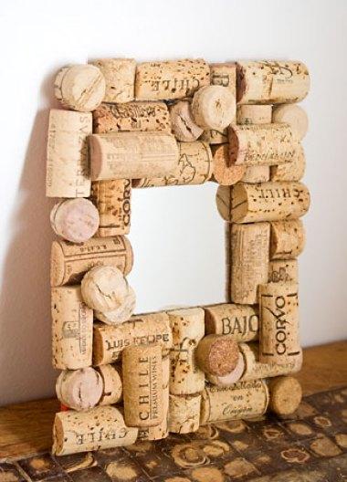 Espelho com moldura decorativa feita com reciclagem de rolhas