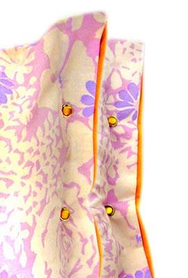 Fechamento lateral das almofadas feito com botões